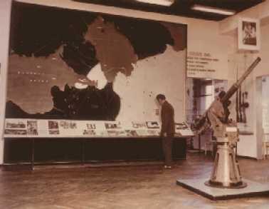 Часть экспозиции 1-го зала музея Дорога жизни. Карта-схема обороны Ленинграда (чёрным цветом показано расположение немецко-финских войск, белым - советских). Фотография 1976 г.