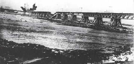 Разрушение временного моста через Неву на линии Поляны — Шлиссельбург. 1943 г.