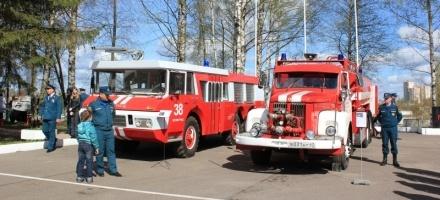 В Мурино приехали раритетные пожарные машины