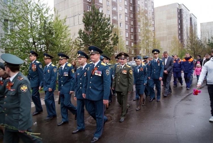 В День Победы сотрудники МЧС возложили цветы к мемориалу в Мурино