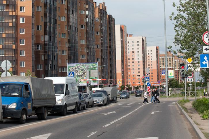 Через железнодорожный переезд, отделяющий деревню Кудрово от города, проблематично проехать в любое время дня