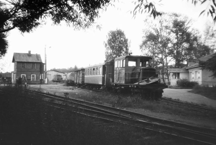 Ириновская железная дорога. 5 августа 1990 года. Узкоколейная станция в Рахье. Поезд, состоявший из локомотива и одного вагона выполнял пассажирские перевозки