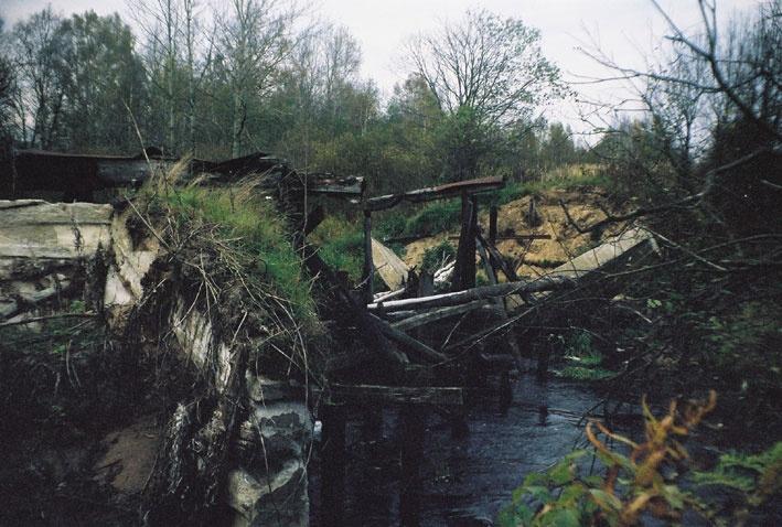 Ириновская железная дорога. 5 октября 2003 года.  Развалины моста через реку Морье.