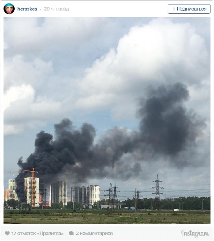 Чёрный дым над строящимся жилым комплексом в посёлке Мурино