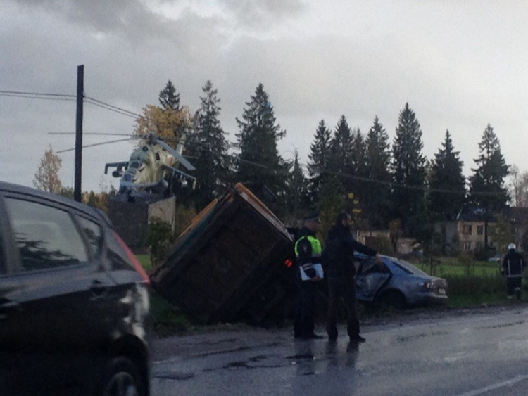 Легковушка и грузовик съехали в кювет в Агалатово