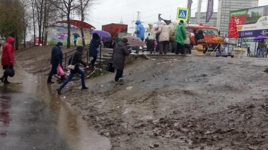 Территория у метро Девяткино: в дождь жители тонут в грязи