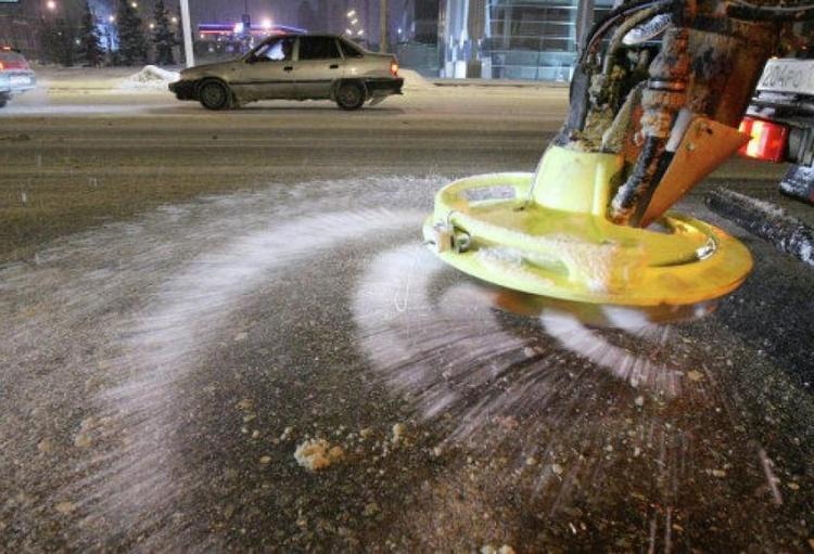 В преддверии резкого перепада температур на областные дороги высыпали 400 тонн соли