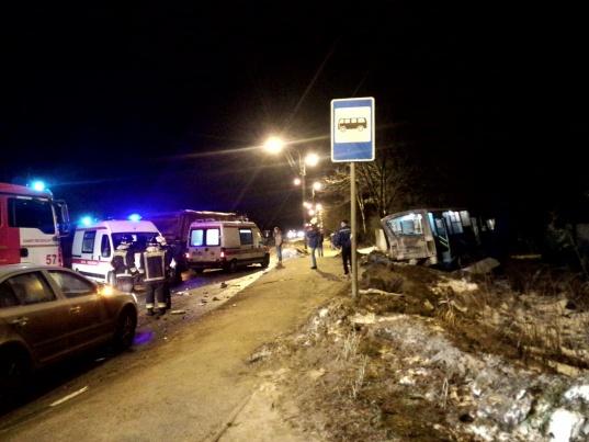 Два человека погибли в ДТП с маршруткой и грузовиком в Сертолово