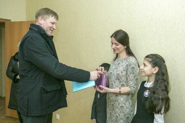 Андрей Низовский вручил учителю из Всеволожска ключи от трехкомнатной квартиры