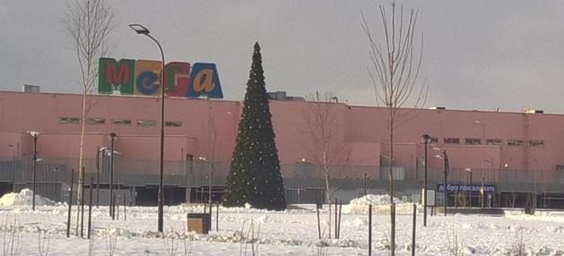 """В """"Мега Дыбенко"""" перепутали Пасху с Новым годом и поставили елку"""