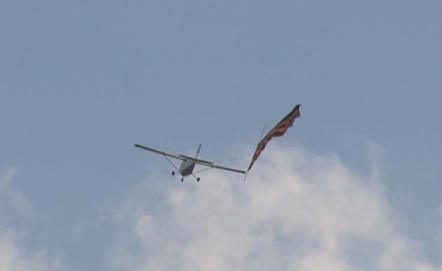 Самолет с Георгиевской лентой пролетел над Санкт-Петербургом (видео)