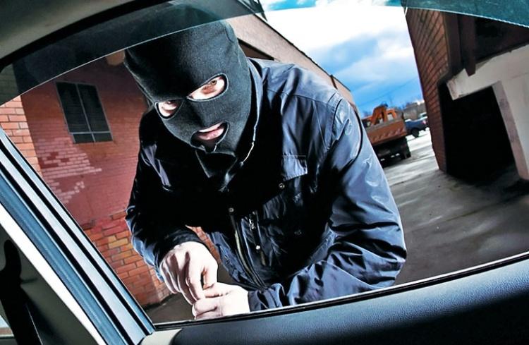 Черные иномарки и 40 ключей украли в салоне на «Коле»