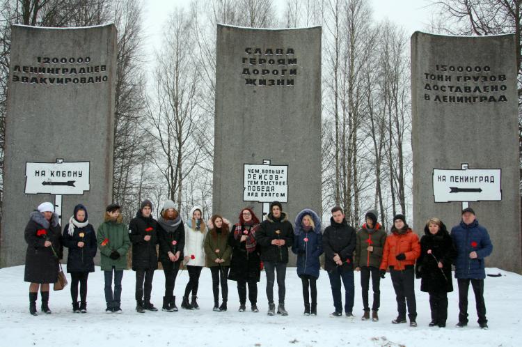 В День прорыва блокады Ленинграда школьники возложили цветы к памятникам Великой Отечественной войны
