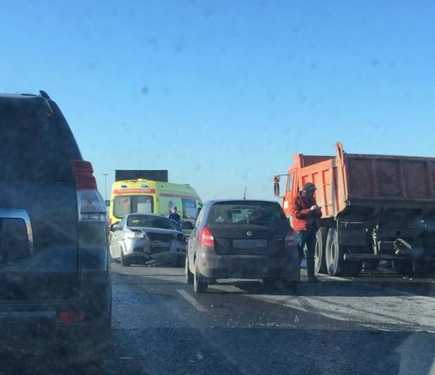 Самосвал, грузовик и легковушки не поделили КАД на севере Петербурга