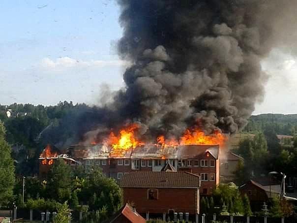 Десять человек спасли из горящего дома во Всеволожском районе (видео)