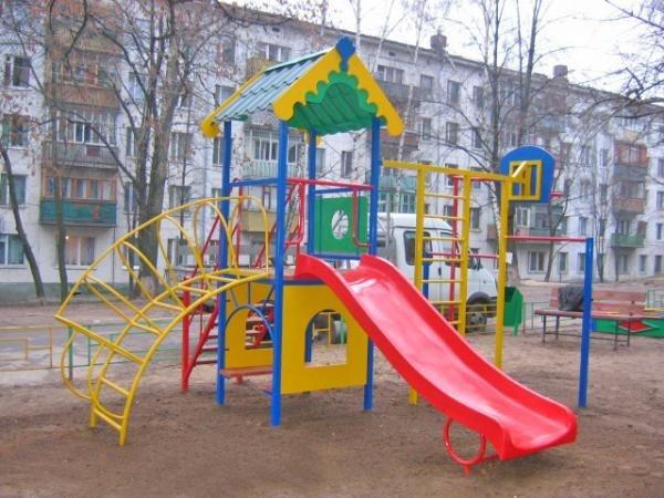 Пьяный водитель на угнанном авто разгромил детскую площадку в Романовке