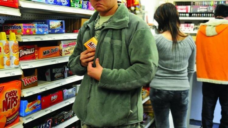 Вор в федеральном розыске попался в Новом Девяткино на коньяке с конфетами