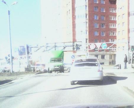 На дороге в Кудрово грузовик не преодолел ограничитель высоты
