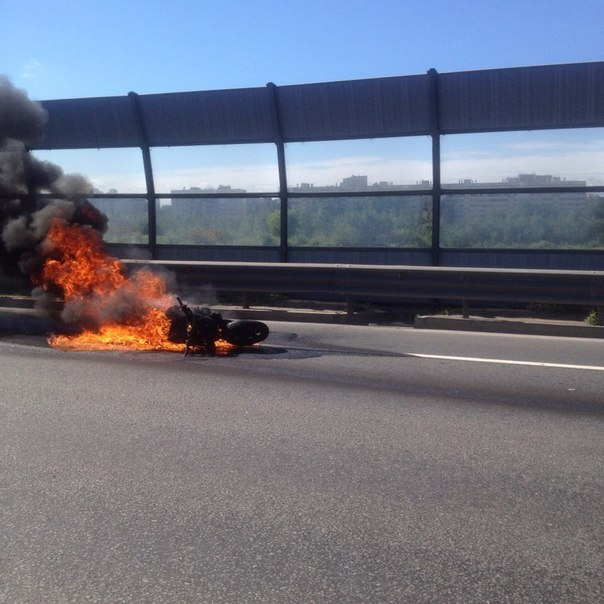 На КАД в Мурино сгорел мотоцикл
