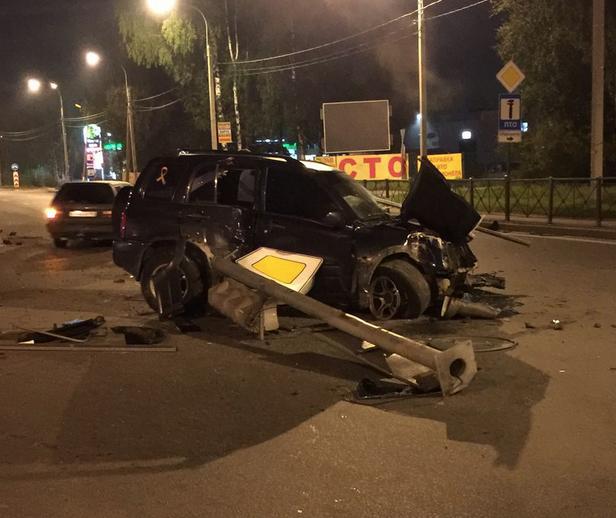 Водитель иномарки госпитализирован после столкновения со светофором