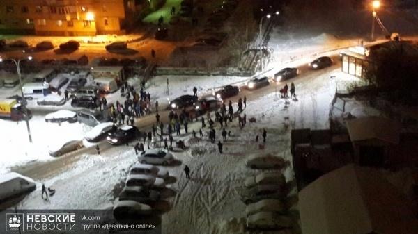 В Девяткино местные жители не дают автолюбителям объехать дворами пробку