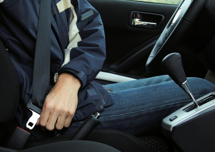 В Новосаратовке двое пассажиров пытались ремнем безопасности задушить таксиста