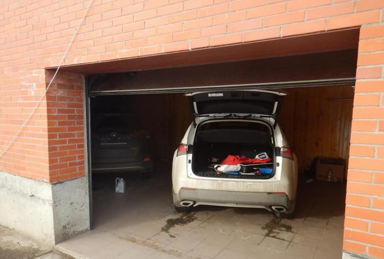 Два автомобиля, угнанных в Петергофе, нашли в гараже частного дома во Всеволожске