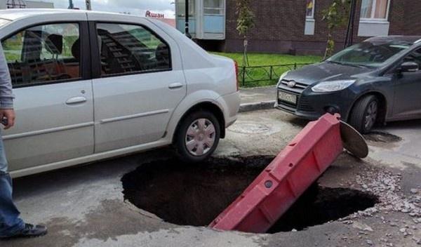 В Кудрово под припаркованной машиной провалился асфальт