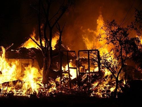 В поселке Дунай загорелись дачный дом и автомобиль