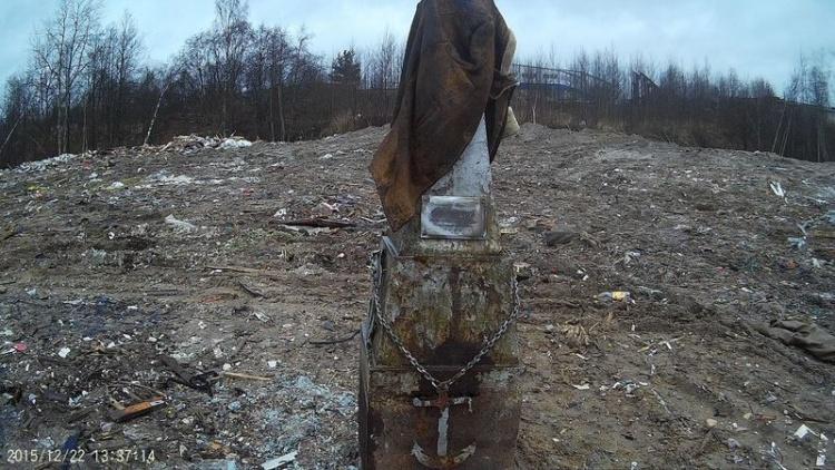 В поселок Кузьмоловский перевезли венки и памятник с Муринского кладбища вместе с мусором