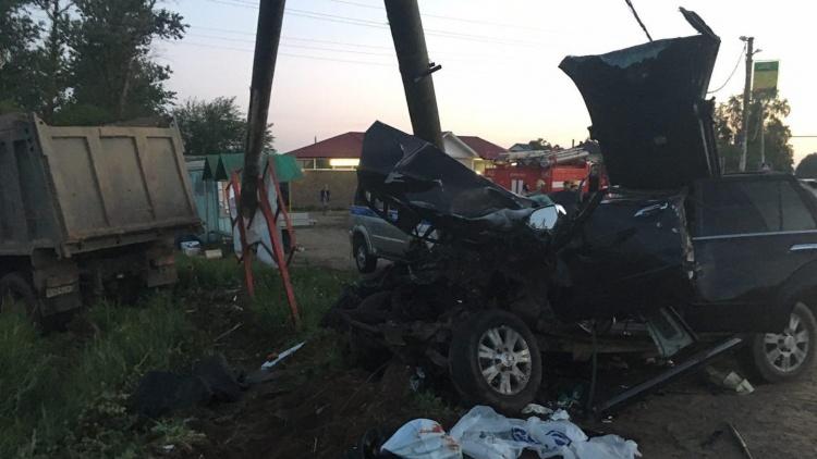 """В Щеглово самосвал смял 2 машины, снёс столб и знак """"Дети"""", пострадали 7 человек"""