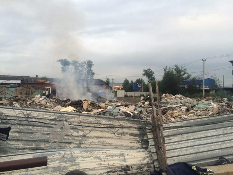 Охранники прогнали пожарных с полыхающей несанкционированной свалки