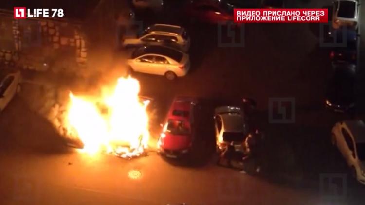 Два автомобиля сгорели ночью в деревне Кудрово