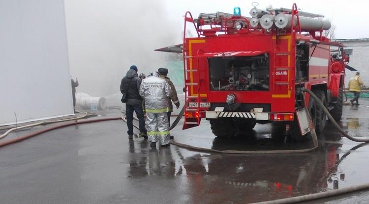 Возле дороги на Новосергиевку полыхает пристройка к ангару