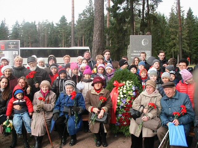 Федеральные дорожники возложили цветы к памятному знаку в честь 67-й армии Ленинградского фронта