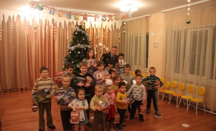 Полицейские вручили юным жителям Всеволожского района новогодние подарки