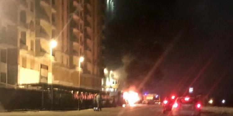 Фото горевшего в Кудрово джипа появилось в Сети
