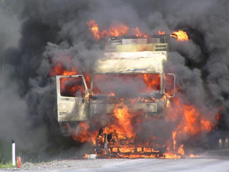 Всеволожск: возле завода вспыхнул грузовик с водителем в кабине