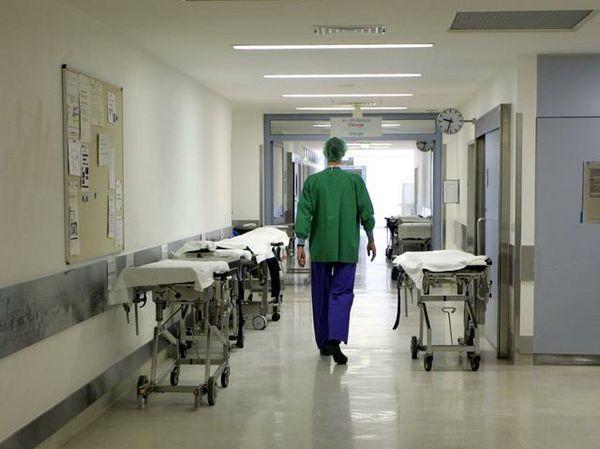 Неравнодушный прохожий доставил в больницу Всеволожска тяжелораненую женщину