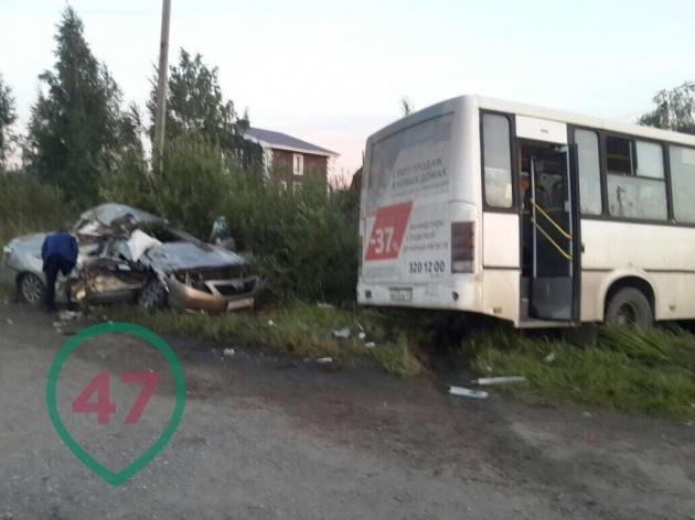 """Автобус с пассажирами у поселка Свердлова таранила """"Тойота"""""""