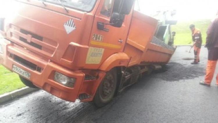 КамАЗ провалился в канализационный люк у «Мега Парнас»