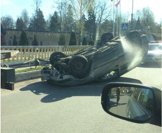 После аварии в Колтушах на дороге остался перевернутый автомобиль