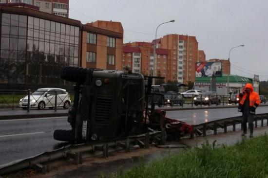 У заправки на Дороге Жизни грузовик завалился на бок