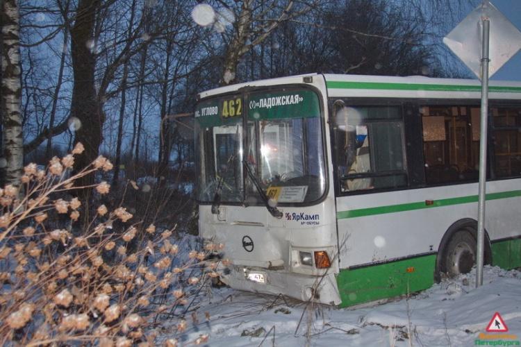 Иномарка из свадебного кортежа протаранила автобус на Дороге Жизни