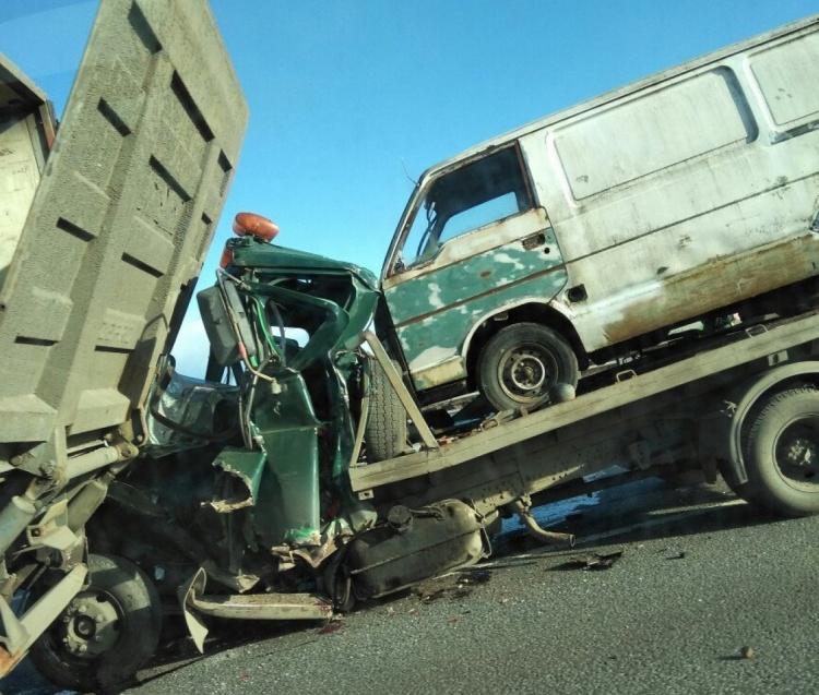 Водитель эвакуатора погиб в аварии с грузовиком на КАД