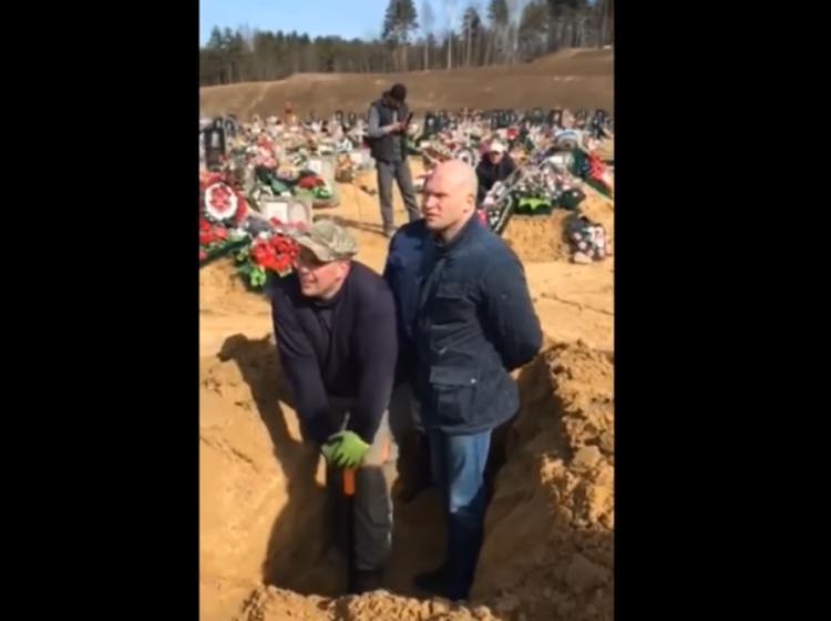 Кузьмоловский чиновник ради порядка на кладбище залез в могилу