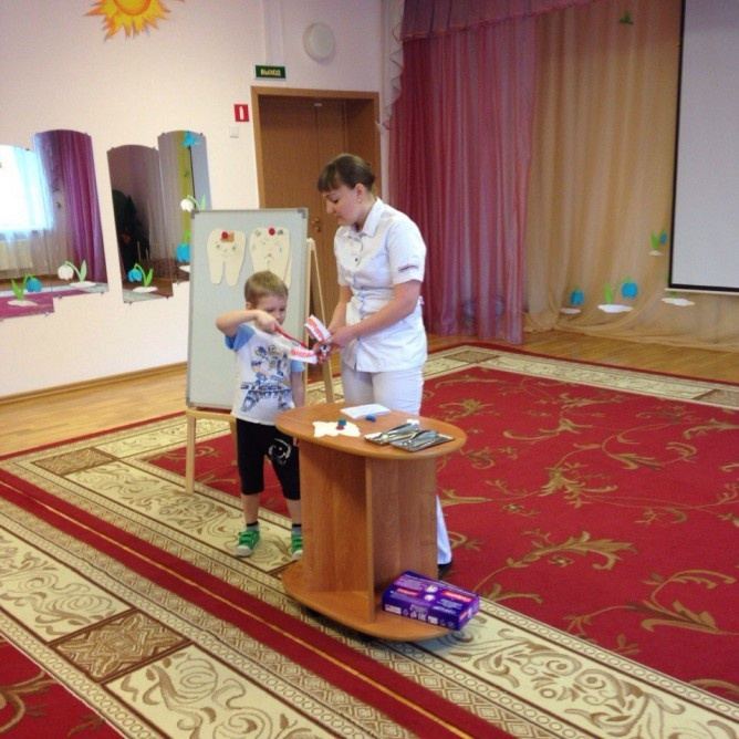 Настоящие врач-стоматолог и Зубная Фея навестили дошкольников Всеволожска
