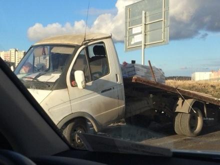 В Кудрово очередной грузовик потерял кабину при встрече с ограничителем высоты