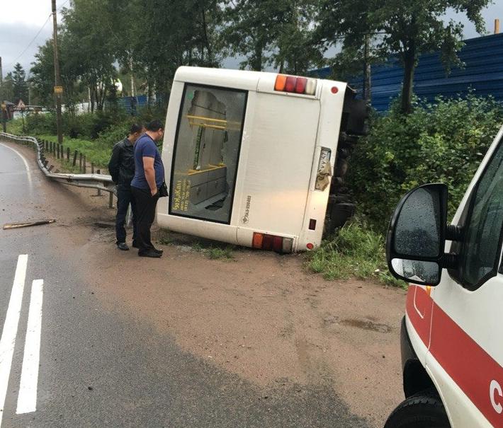 В аварии на Выборгском шоссе пострадала пассажирка микроавтобуса