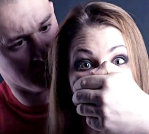Грабитель попытался изнасиловать 50-летнюю женщину в Ленобласти